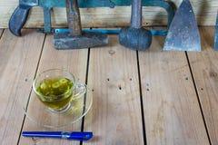 在一块玻璃的菊花茶与工具 免版税图库摄影