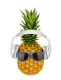 在一块玻璃的菠萝果子与被隔绝的耳机 免版税库存图片