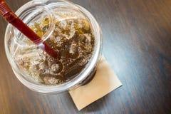 在一块玻璃的被冰的茶在桌上 免版税库存图片