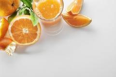 在一块玻璃的被紧压的橙汁在台式视图 图库摄影