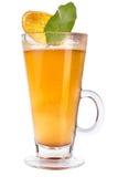 在一块玻璃的被仔细考虑的酒与切片干燥橙色和柑橘叶子  热的温暖的饮料 库存照片