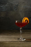 在一块玻璃的酒与柑橘 库存照片