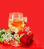 在一块玻璃的酒与玫瑰 免版税图库摄影