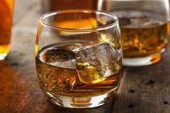 在一块玻璃的酒精威士忌酒保守主义者与冰 免版税库存照片