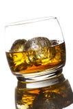 在一块玻璃的酒精威士忌酒保守主义者与冰 库存照片