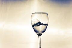 在一块玻璃的风暴用白葡萄酒 免版税图库摄影