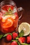 在一块玻璃的Coctail用未加工的果子 免版税库存照片