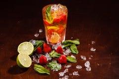 在一块玻璃的Coctail用未加工的果子 免版税图库摄影