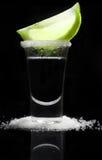 在一块玻璃的Tequilla在反射性黑背景 免版税图库摄影