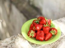 在一块绿色板材的新鲜的草莓 免版税库存图片