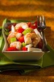 在一块绿色餐巾的虾沙拉 免版税库存图片