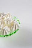 在一块绿色玻璃减速火箭的板材的蛋白甜饼曲奇饼 库存图片