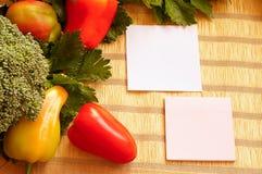在一块wattled餐巾的菜 免版税库存图片