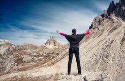 在一处美好的山风景前面的匿名女性远足者 峰顶三 白云岩 意大利 免版税图库摄影