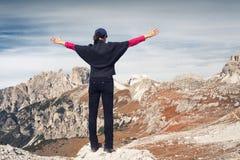 在一处美好的山风景前面的匿名女性远足者 峰顶三 白云岩 意大利 库存图片