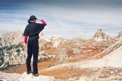 在一处美好的山风景前面的匿名女性远足者 峰顶三 白云岩 意大利 免版税库存照片