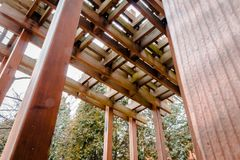在一多云天期间,在IUP校园里的木眺望台 图库摄影