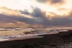 在一多云天期间,海滩 免版税库存图片