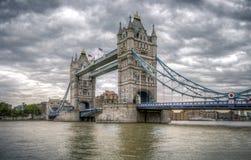 在一多云日的塔桥梁 免版税图库摄影