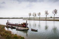在一多云日的荷兰语河在秋天 免版税库存照片