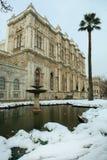 在一多雪的日的Dolmabahce宫殿 免版税库存图片