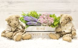 在一头木箱和逗人喜爱的熊的花 在一个白色木箱,长毛绒葡萄酒的花负担 浪漫礼品 免版税库存图片