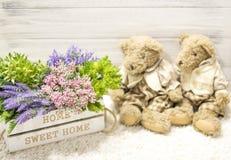 在一头木箱和逗人喜爱的熊的花 在一个白色木箱,长毛绒葡萄酒的花负担 浪漫礼品 图库摄影