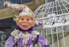 在一套五颜六色的服装的丑角玩偶与一个精采帽子 图库摄影