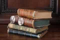 在一套古色古香的木家具堆的旧书 库存图片