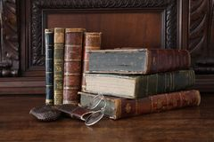 在一套古色古香的木家具堆的旧书 免版税库存照片