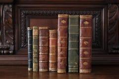 在一套古色古香的木家具的旧书 库存照片