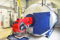 在一套工厂设备加工加热的水的锅炉 库存图片