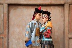在一套老蒙古服装的年轻蒙古夫妇 图库摄影