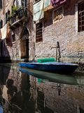 在一威尼斯式canala的小船 免版税图库摄影