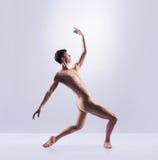 在一完善形状执行的运动跳芭蕾舞者 免版税库存图片