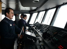 在一客轮`的驾驶舱内通过极光`火地群岛群岛  库存图片