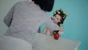 在一室内photoshoot期间的后台射击 背景画笔关闭查出摄影白色的工作室牙 妇女摄影师在春天与年轻模型一起使用 影视素材