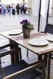 在一家典雅的餐馆的街道上的表 库存照片