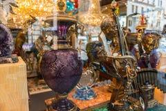在一家商店的店面的里面装饰元素在唐人街在旧金山,加利福尼亚,美国 免版税图库摄影