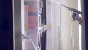 在一家工业工厂的工作者绘画 与喷枪的绘画 股票录像