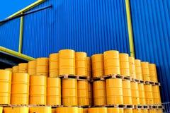 黄色油桶和工厂 免版税库存照片