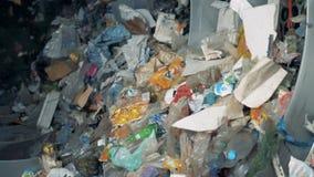 在一家工厂的家庭垃圾废配置的 排序在一个特别机器的垃圾的过程在植物 股票录像