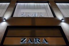 在一家扎拉商店前面的扎拉商标在锡比乌的中心,在特兰西瓦尼亚 免版税图库摄影