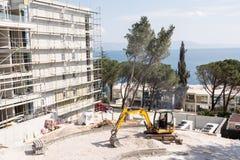 在一家新的旅馆的站点的挖掘机 免版税图库摄影