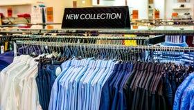 在一家服装店的黑色的盘子与标志新的收藏 图库摄影
