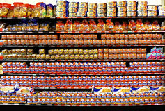 在一家杂货店在显示上添面包在梅里达,尤加坦墨西哥 库存图片