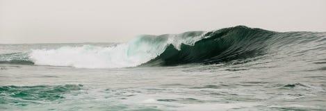 在一家浅银行的波浪断裂 免版税库存照片