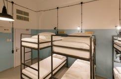 在一家现代旅馆里面的两层的床年轻游人和学生的 免版税库存照片