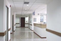 在一家现代医院里面的走廊内部 图库摄影