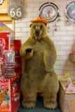 在一家礼品店的一头被充塞的熊在路线66 库存照片